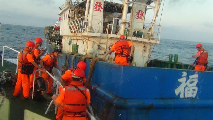 基隆海巡隊追上涉越界漁船,以優勢警力登船將漁船扣回港。(海巡提供/許家寧基隆傳真)