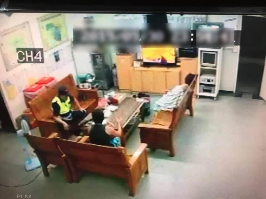 懷孕3月的陳女(右)和男友吵架尋短,幸被警民救回,差點造成一屍兩命悲劇。(警方提供/許素惠雲林傳真)
