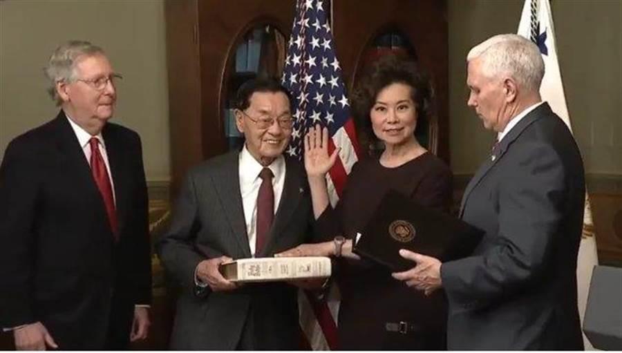 2017年1月31日,趙小蘭宣誓就任美國運輸部長。左為其夫婿,美國參議院多數黨(共和黨)領袖麥康奈爾 。(圖/摘自推特)