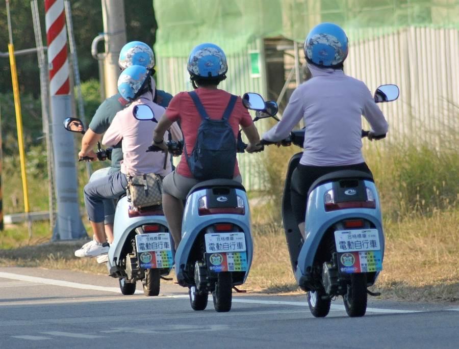 金門湧進大陸「十一」長假自由行遊客,騎乘電動自行車全島到處跑。(李金生攝)
