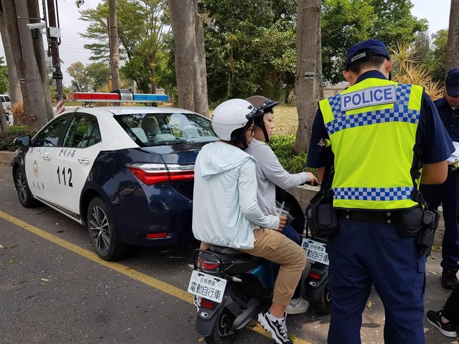 警方取締騎乘電動自行車,違規雙載的自由行陸客。(警方提供/李金生金門傳真)