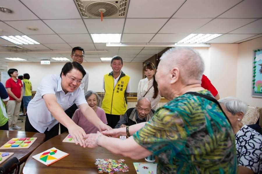 基隆市長林右昌慶祝重陽節,宣布年底成立第4間日照中心。(市府提供/許家寧基隆傳真)