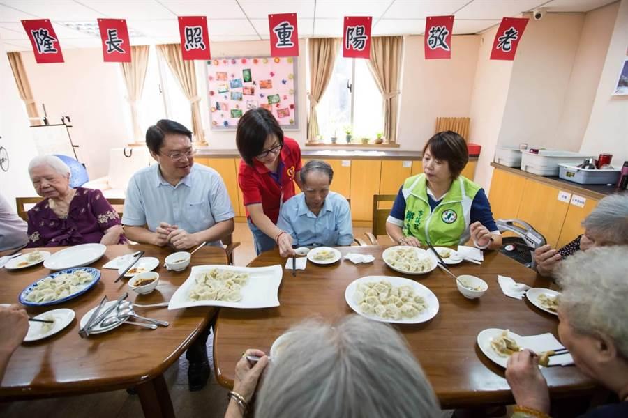 基隆市長林右昌(左2)陪長者一起動手包水餃,共度溫馨佳節。(市府提供/許家寧基隆傳真)