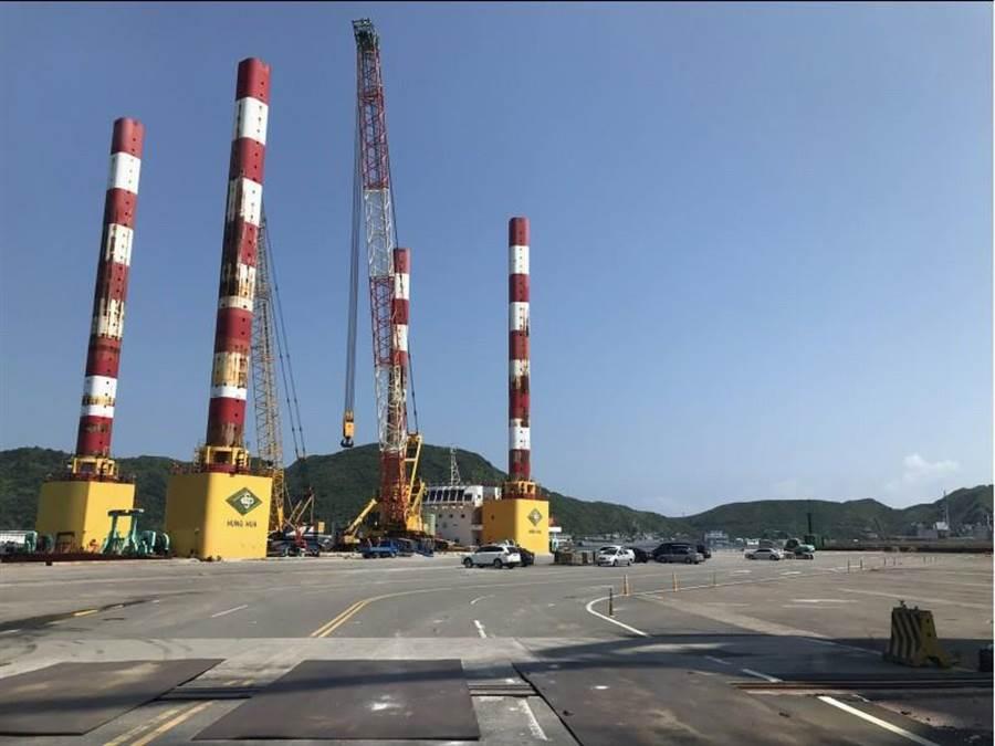 交通部政務次長黃玉霖表示,9日上午8時起將啟動橋拱拆除和移置,預計需24小時,屆時南方澳將封港。(中央社)