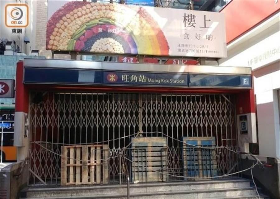 香港機場線下午恢復通車,其他港鐵線全日暫停服務。圖為旺角站鐵門深鎖。(香港東網)