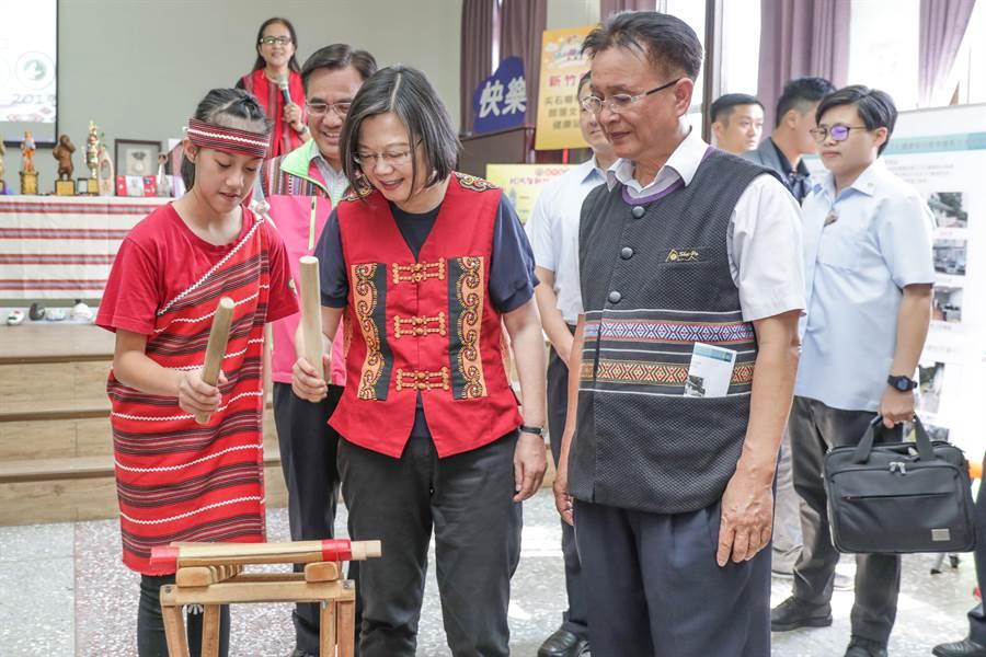 總統蔡英文(右二)視察梅花文化健康站,梅花國小學生教她敲擊雅泰族傳統木琴。(羅浚濱攝)