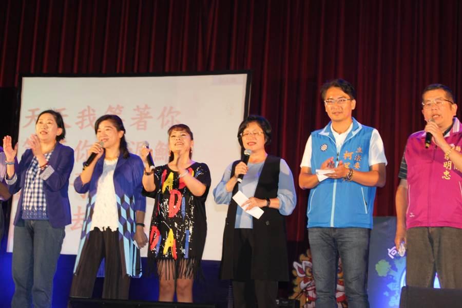 旺旺文教基金會、中天、中國時報舉辦「向彰化縣長青長輩致敬」演唱會,縣長王惠美和嘉賓們也上台為愛發聲,獻唱「捉泥鰍」掀起高潮。(吳敏菁攝)