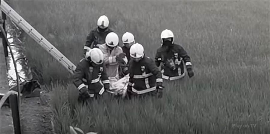 2名消防隊員失聯4個半小時,現場搜救人員8點左右在火場內找到遺體將其抬出。(翻攝自youtube)