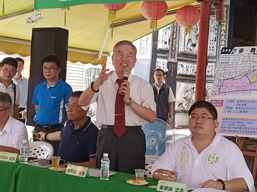 經濟部長沈榮津(右二)宣布南靖農場產業園區通過環評,經濟部將盡速開發動工。(張毓翎攝)