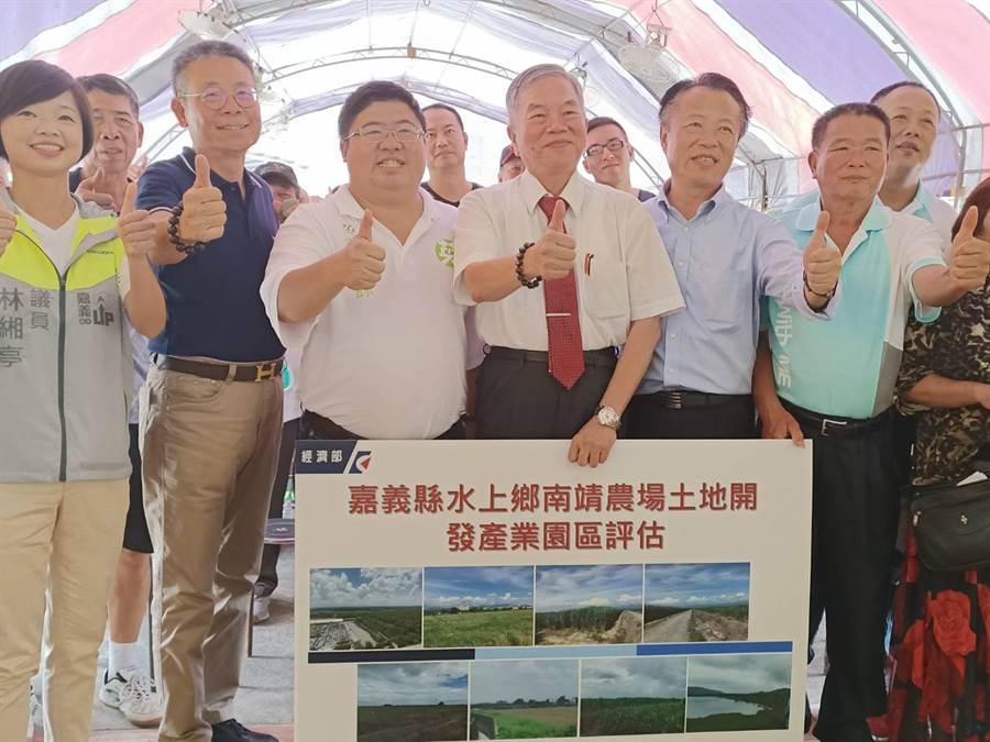 經濟部長沈榮津(左四)希望水上鄉親在環評上多多支持。(張毓翎攝)