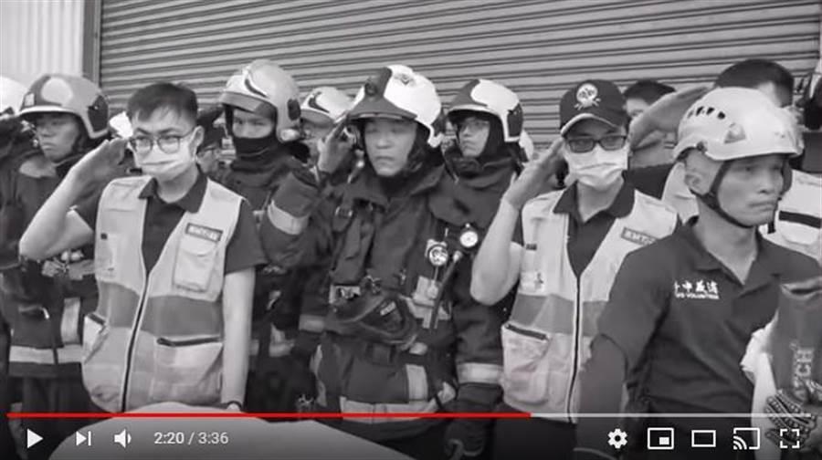 兩名殉職的消防隊員大體被抬出,同袍們列隊敬禮卻淚崩掩面痛哭。(翻攝自youtube)