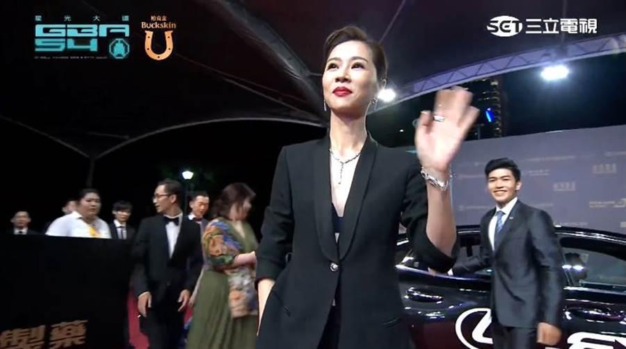 謝盈萱只穿黑Bra搭西裝外套,網狂讚氣場強。(圖/翻攝自YouTube)