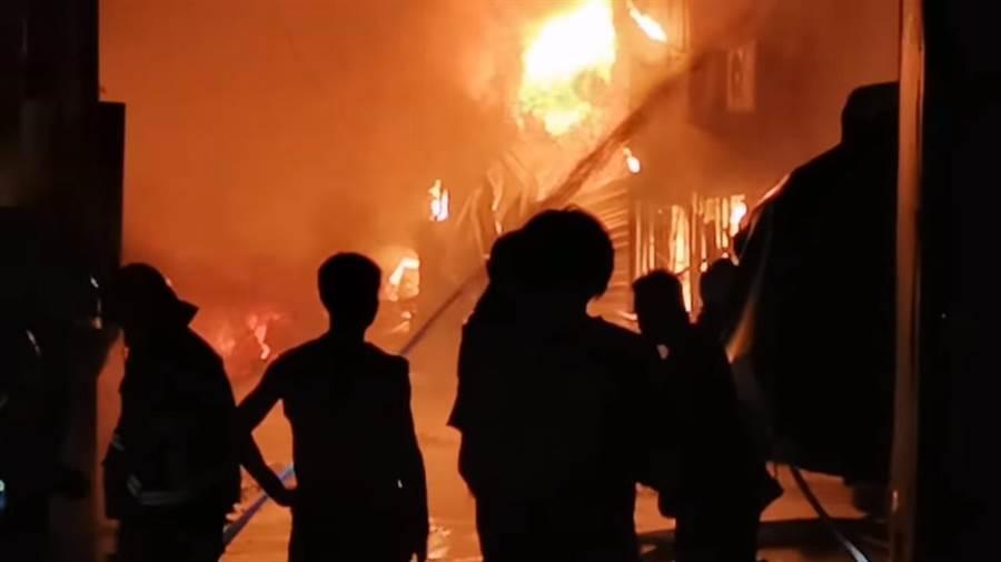 影片中呈現當天大雅區工廠火警,熊熊烈焰,打火兄弟積極搶救。(台中市消防局提供/張妍溱台中傳真)