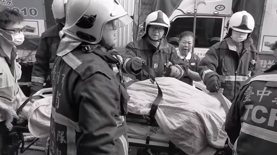 將近4分鐘影片,片段中呈黑白影像,悼念2警消捨身救災,英勇奉獻精神。(台中市消防局提供/張妍溱台中傳真)