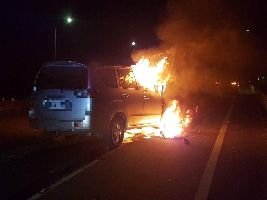 台82線往朴子6.2公里處發生火燒車,車頭冒出熊熊大火。(翻攝照片/張毓翎嘉義傳真)