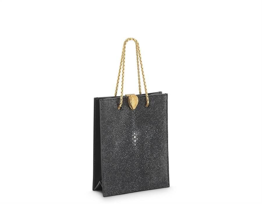 Alexander Wang X BVLGARI Serpenti Forever炭黑鑽石色珍珠魚皮托特包,參考售價7萬8300元。(BVLGARI提供)