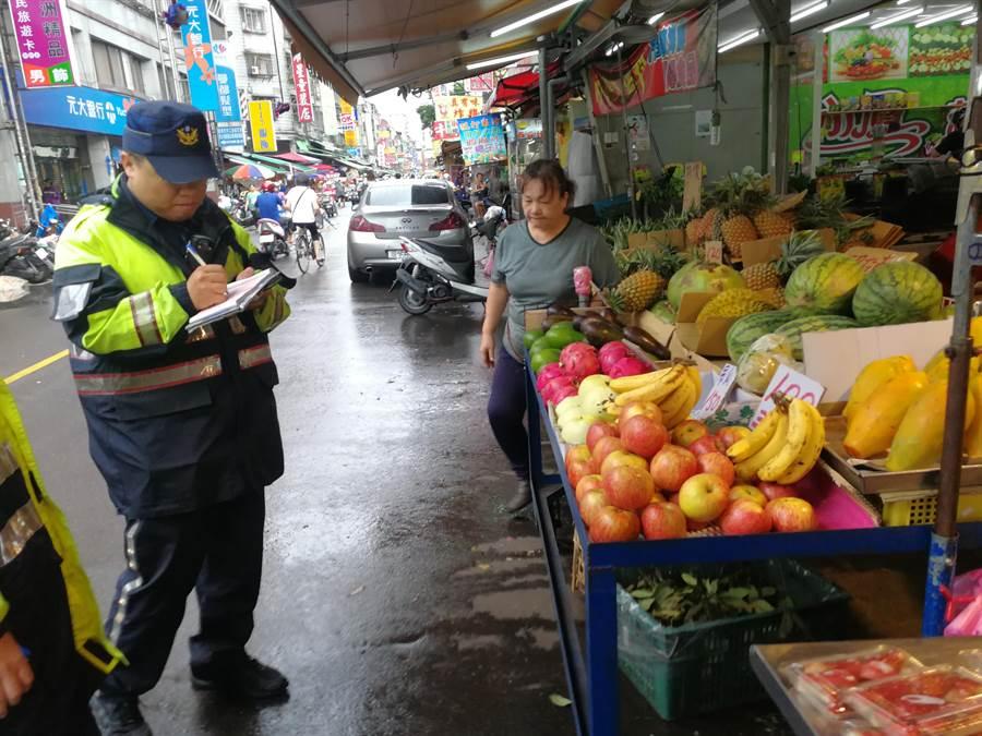 新北市場處強力執法,針對違規占道攤商開立罰單。(新北市市場處提供/吳亮賢新北傳真)