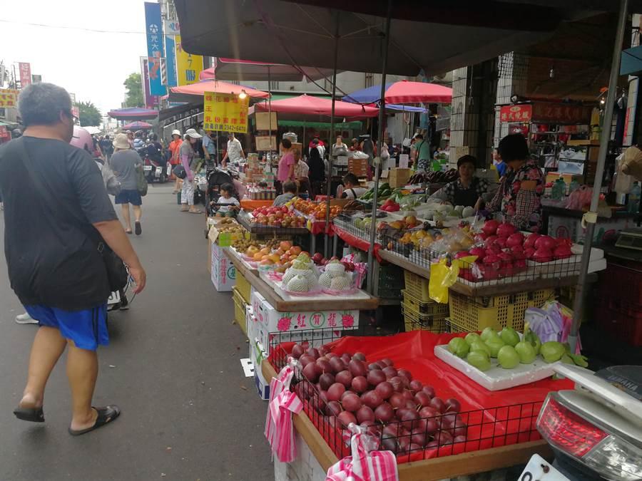新莊四維路周邊整頓前,攤販占道營業。(新北市市場處提供/吳亮賢新北傳真)