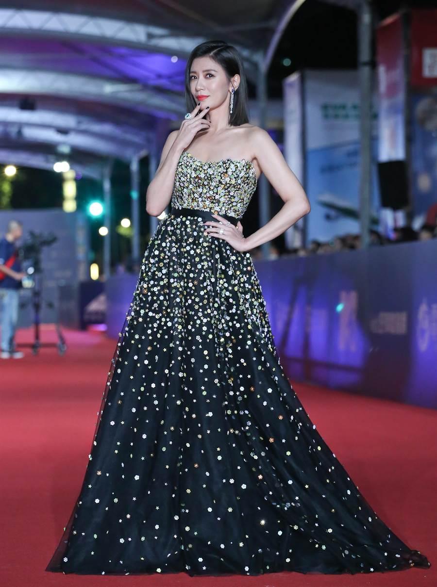賈靜雯一襲黑白漸層Galia Lahav亮片禮服搭配伯爵PIAGET珠寶,氣勢制霸紅毯。(本報攝影組)