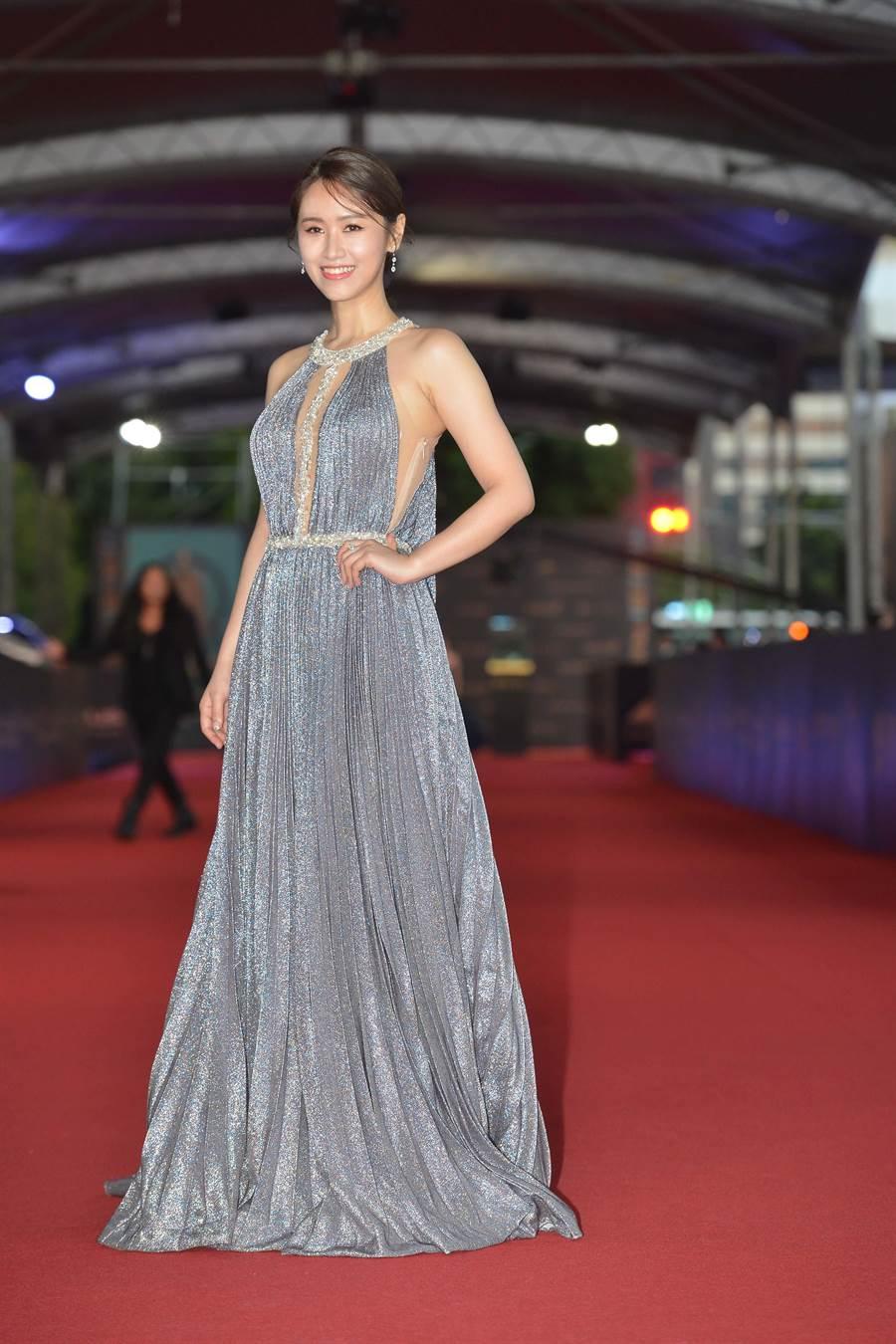 吳姍儒身穿LinLi Boutique淺藍亮片禮服搭配Hearts on Fire鑽飾,性感不減小清新。(本報攝影組)