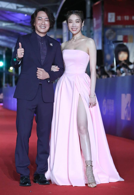 王識賢(左)與蔡淑臻現身金鐘54紅毯。(本報系影視攝影組)