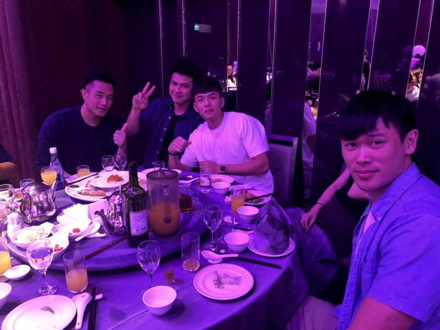 (左至右)鄭鐵、盧冠良、郭昭男與胡凱翔等裕隆球員也都出席婚宴。(黃及人攝、新莊傳真)