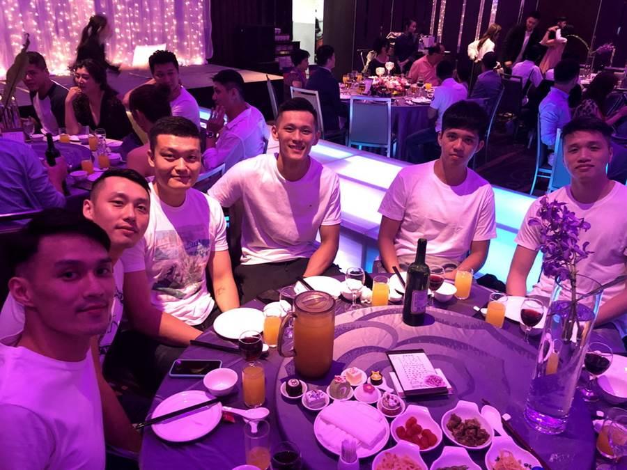 (左至右)余純安、陳文宏、蘇奕晉、蕭順議、周暐宸、陳靖寰等球員都出席婚宴。(黃及人攝、新莊傳真)