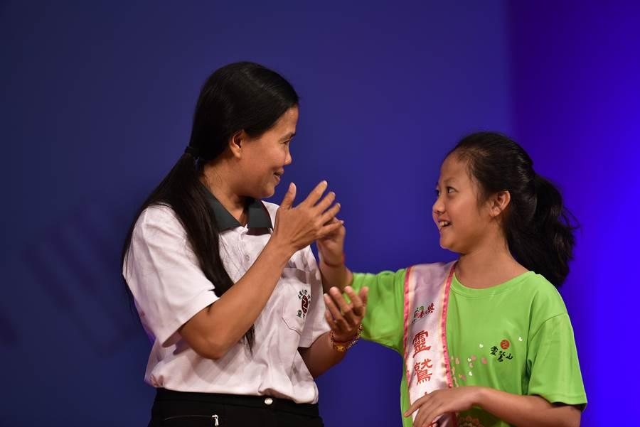 就讀國立台中教大附小五年級的朱麗蓉和媽媽一起上台,感恩全家認識靈鷲山,法師菩薩心的陪伴,使心也變得溫暖柔軟,懂得如何幫助別人。(靈鷲山佛教教團提供/陳世宗台中傳真)