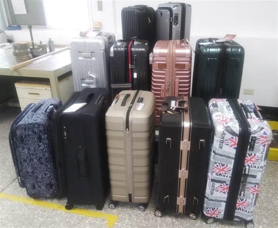 (標檢局抽驗市售11款行李箱進行檢驗。圖/標檢局提供)