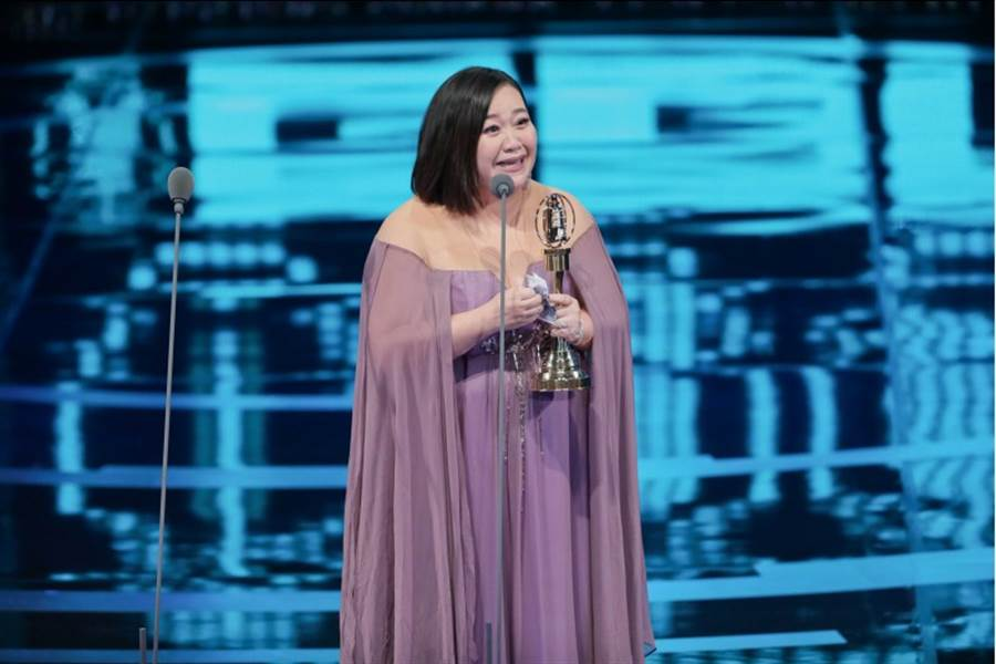 第54屆金鐘典禮,圖為迷你劇集(電視電影)女主角獎得獎者:鍾欣凌。(影視攝影組攝)