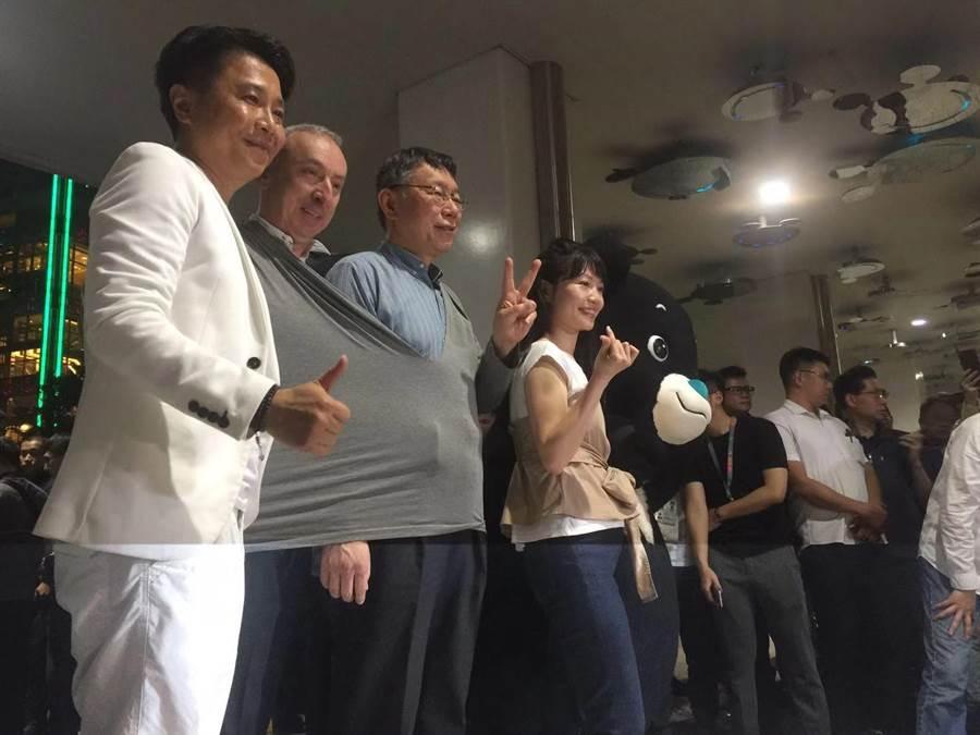 台北市長柯文哲也和法國在台協會主任公孫孟一同體驗白晝之夜。(游念育攝)