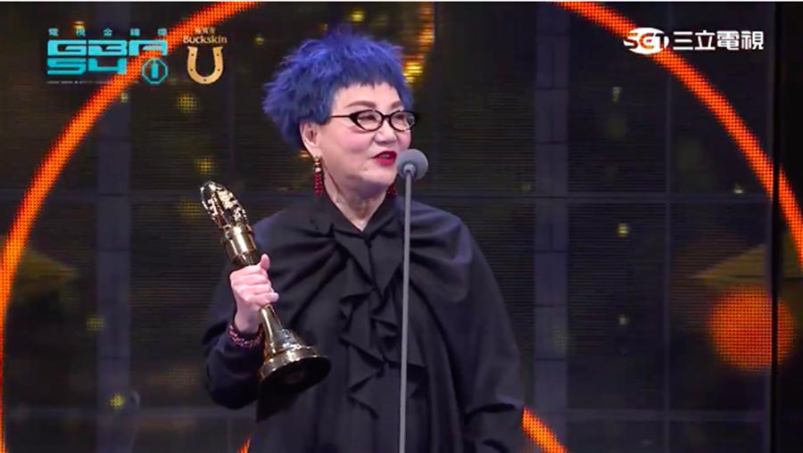 第54屆金鐘獎「終身成就獎」頒給「綜藝教母」張小燕。(截自三立網路直播畫面)