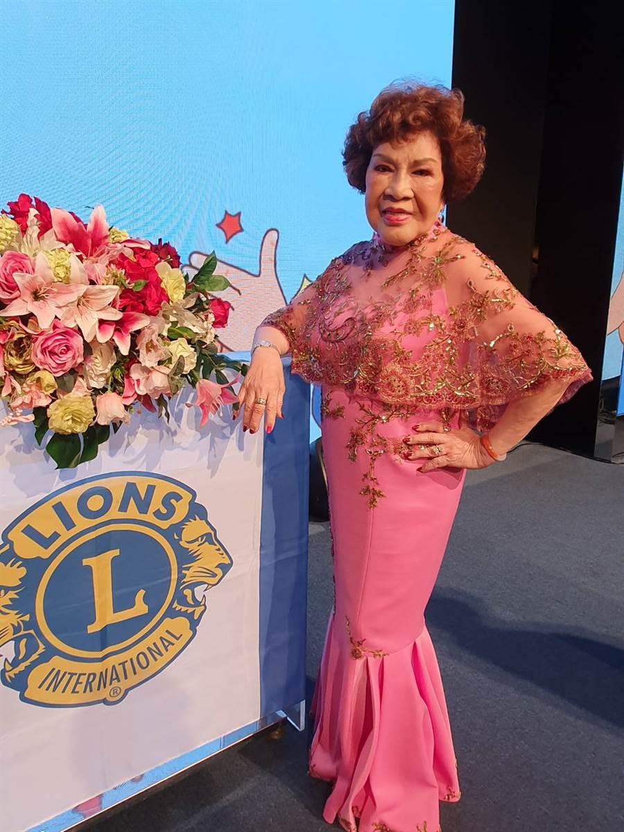 周遊身穿粉色透視薄紗出席明星獅子會盛宴。(照片/游定剛 拍攝)