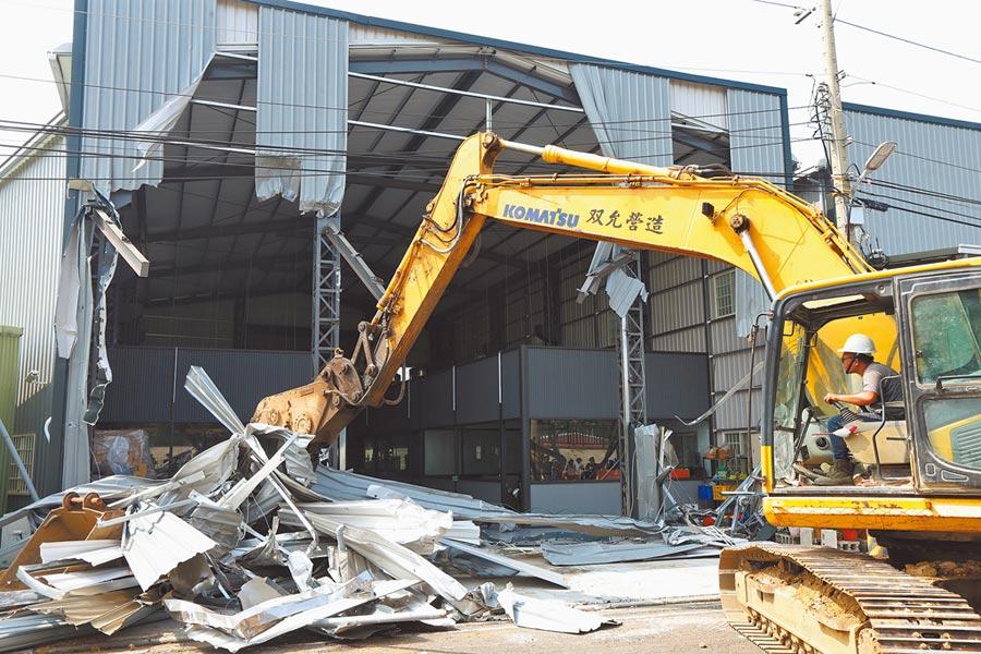 台中市政府4日拆除霧峰區一處違法鐵皮工廠。(黃國峰攝)