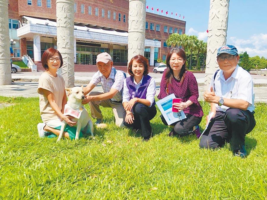縣議員張美慧(中)催生寵物公園,打造友善城市。(王志偉攝)