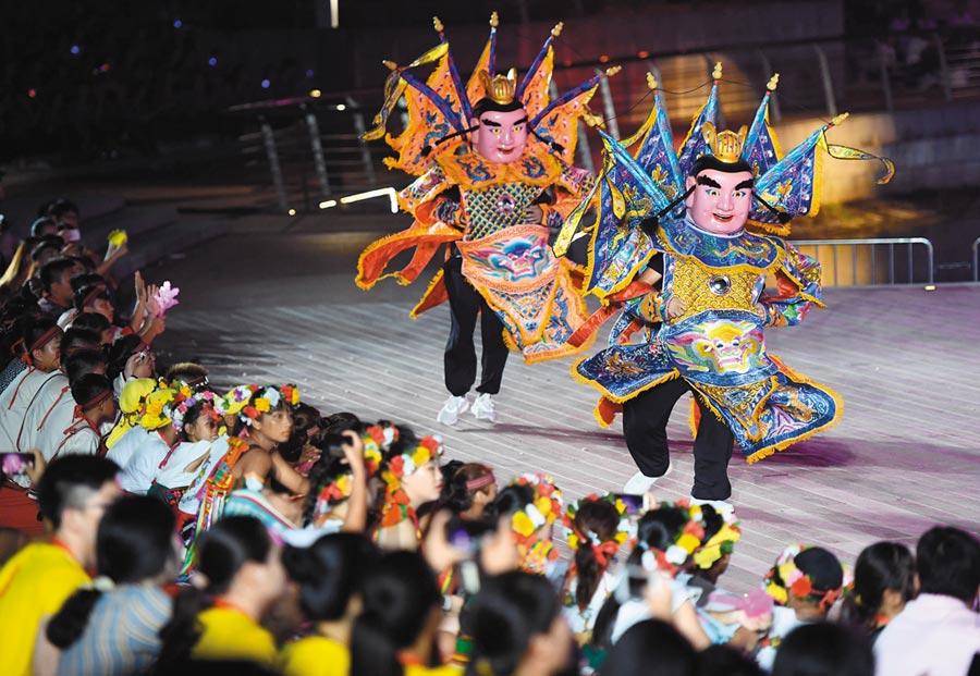 2018年8月12日,第六屆海峽青年節聯歡晚會在福州市舉行。圖為台灣電音三太子亮相晚會。(中新社)