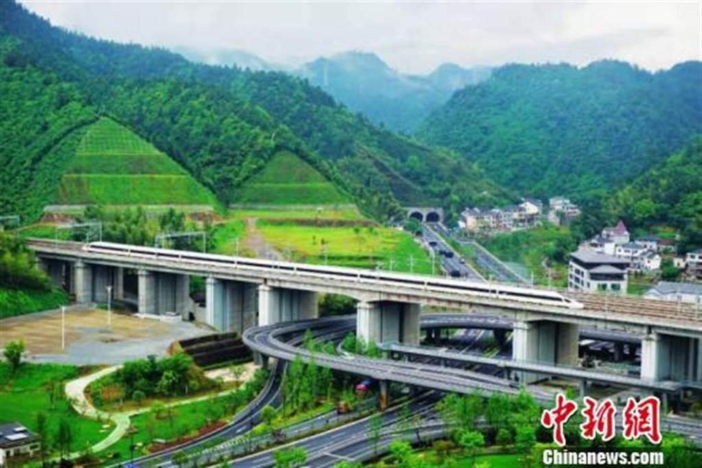 高鐵動車飛馳在杭黃高鐵線上。(照片取自中新網)