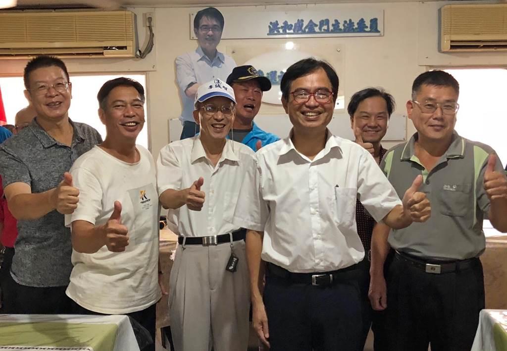 洪和成(前中)今早在金門華僑之家,宣布投入明年立委選戰。(李金生攝)