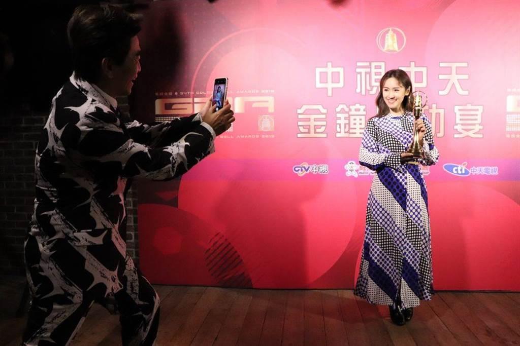 吳宗憲(左)專注為女兒拍照。(中視中天提供)