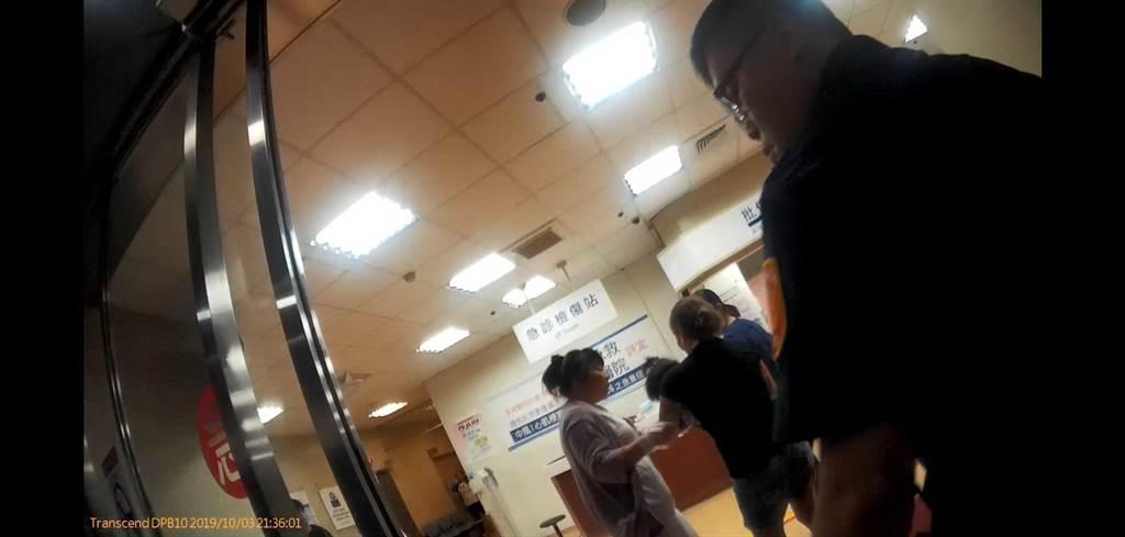 腸病毒女病童突然全身抽搐、嘴唇發黑的女童,警方出動警車飛奔護送到醫院搶救。(翻攝照片/陳淑芬台中傳真)