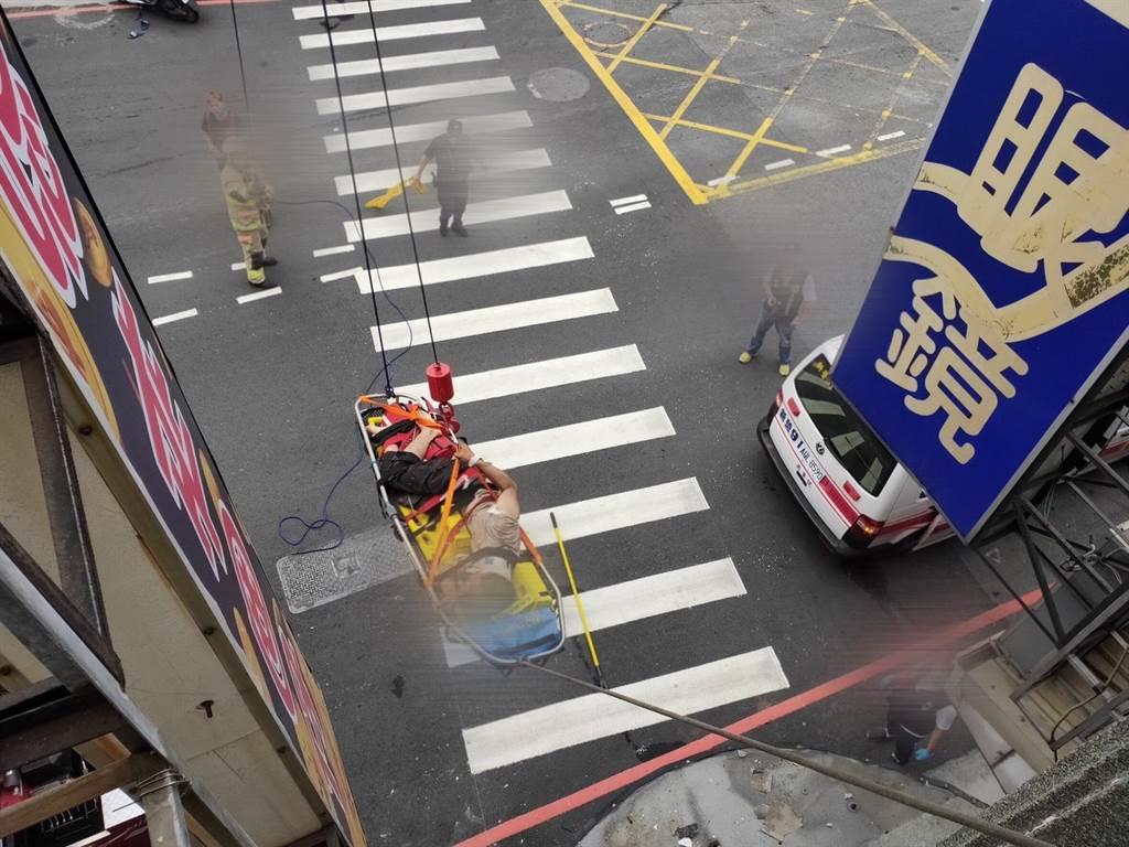 陳姓工人拆屋時不慎從4樓高處跌落,警消出動救援。(讀者提供/記者莊曜聰台南傳真)