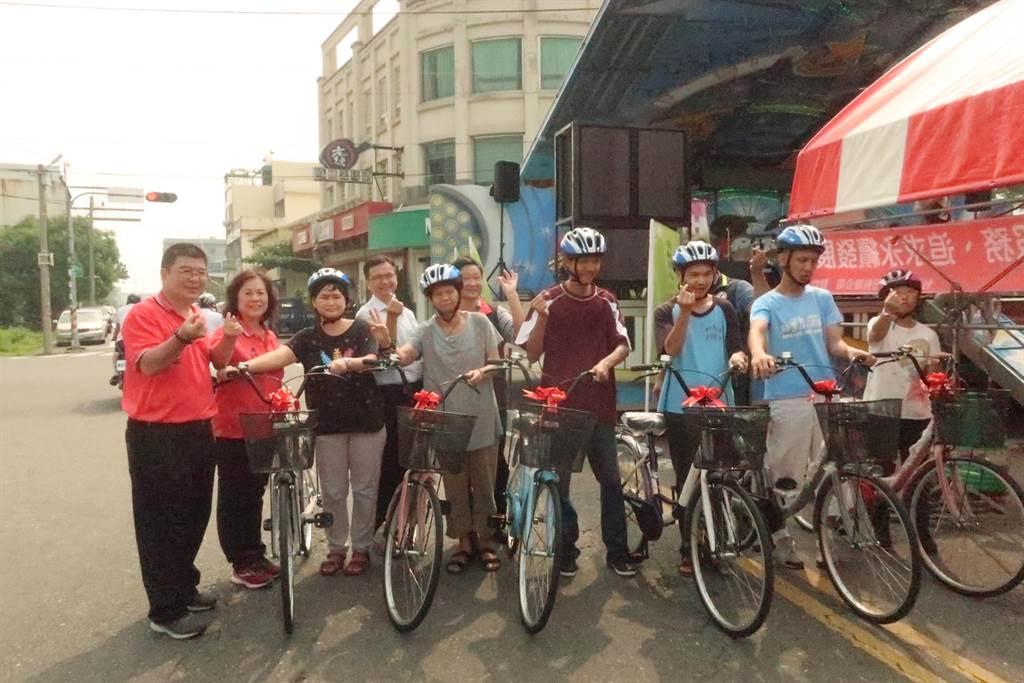立委蘇治芬雲林縣土庫華聖啟能中心獲贈腳踏車,學員很開心。(華聖啟能中心提供/許素惠雲林傳真)