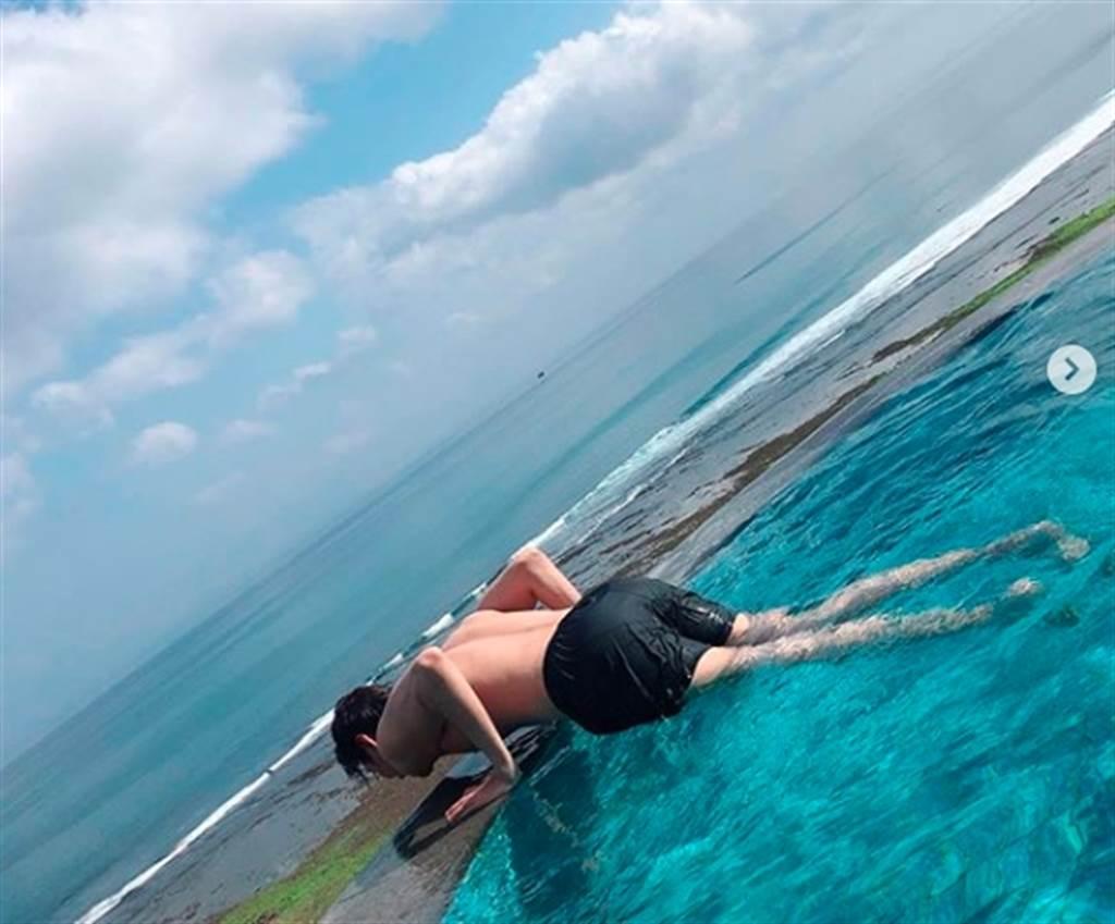 李敏鎬海邊做伏地挺身,放送背部半裸肌肉。(圖/翻攝自李敏鎬IG)