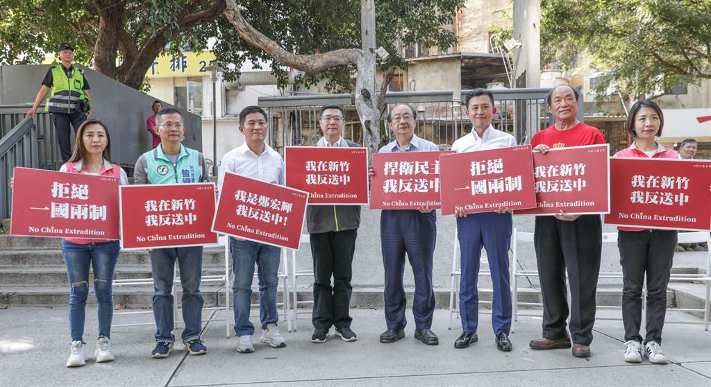民進黨主席卓榮泰(左四)到竹市輔選立委參選人鄭宏輝(左三),舉牌高喊「我在新竹,我反送中」。(羅浚濱攝)