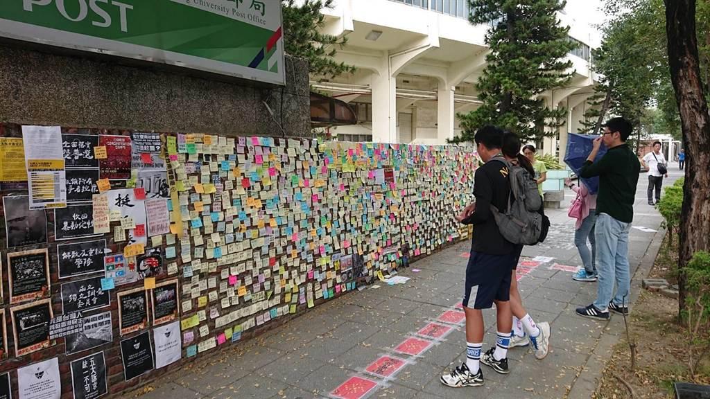 成大連儂牆貼滿支持香港的紙條,卻遭人撕毀,警方逮7旬老翁。(程炳璋攝)