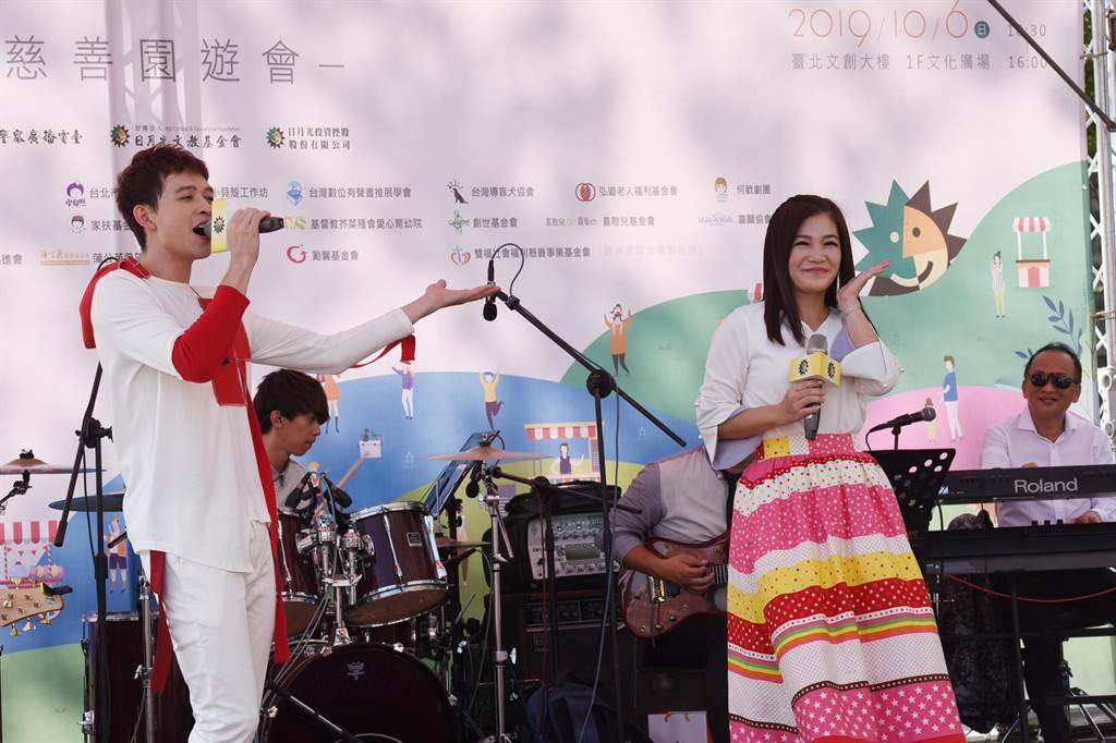 金曲歌后黃妃(右)、師弟李子森(左)獻唱。(張姚宏影社福慈善基金會提供/廖德修傳真)