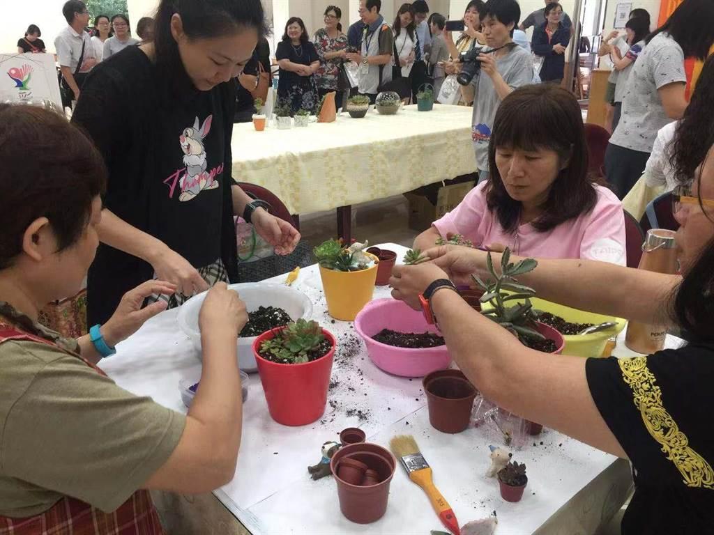 教師們共同體驗多肉植物療癒DIY,非常認真專注。(游念育攝)