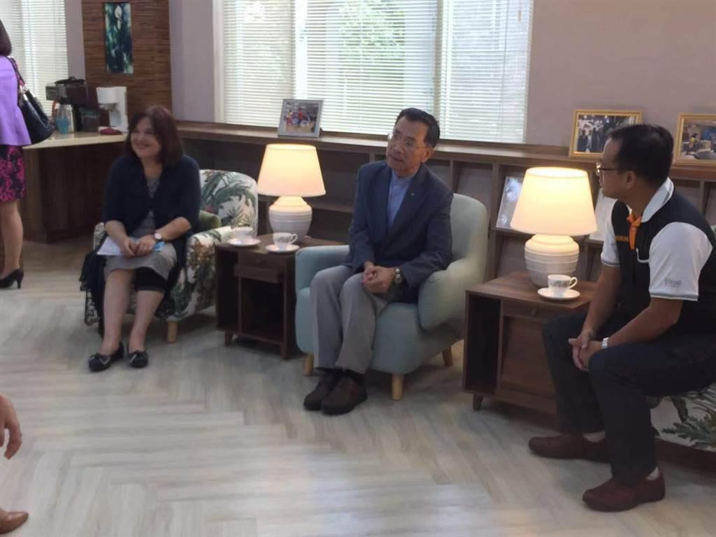 副市長蔡炳坤表示,希望打造教師輔導、閱讀、紓壓專屬空間。(游念育攝)