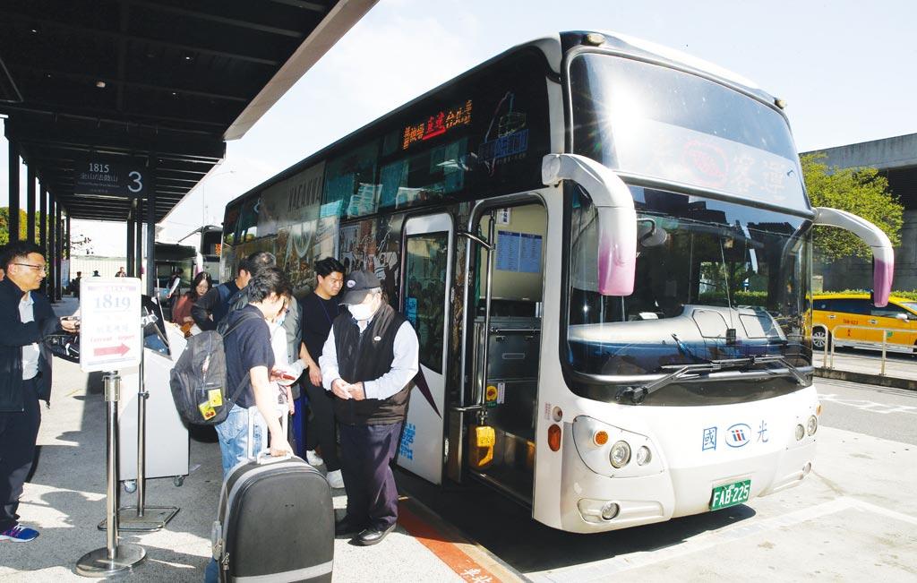 即將進入4天國慶連續假期,交通部公路總局為鼓勵民眾多使用大眾運輸給予客運補助,共有14家業者針對86條路線推出優惠,平均票價85折。(本報資料照片)