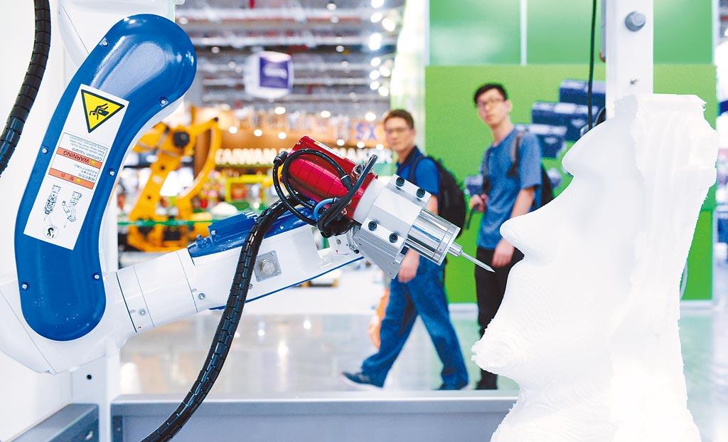 AI主要應用在金融科技、製造業、零售業、醫療業,圖為亞洲工業4.0暨智慧製造系列展展出工業機械手臂。(本報資料照片)